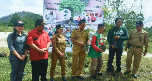 Relawan LindungiHutan Landak mengadakan aktivitas penghijauan hasil donasi masyarakat di kawasan Cagar Alam Mandor, kabupaten Landak, Kalimantan Barat